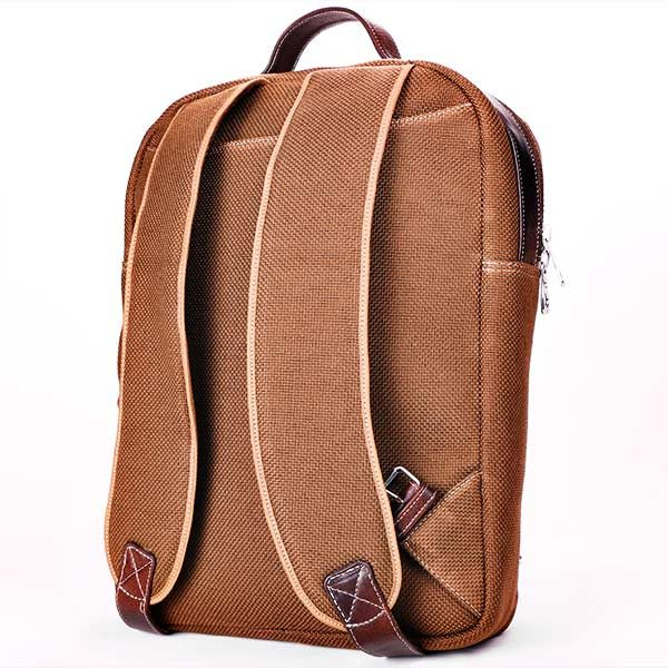 mochila de yute color marron posterior