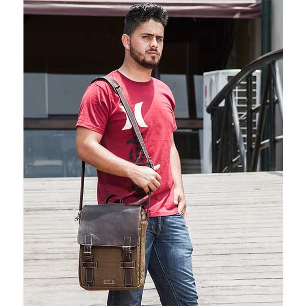 modelo morral bandolera color marron hombre