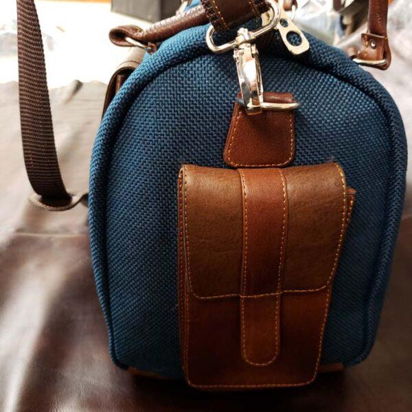 maleta-de-cuero-y-yute-color-azul-bolsillo-lado