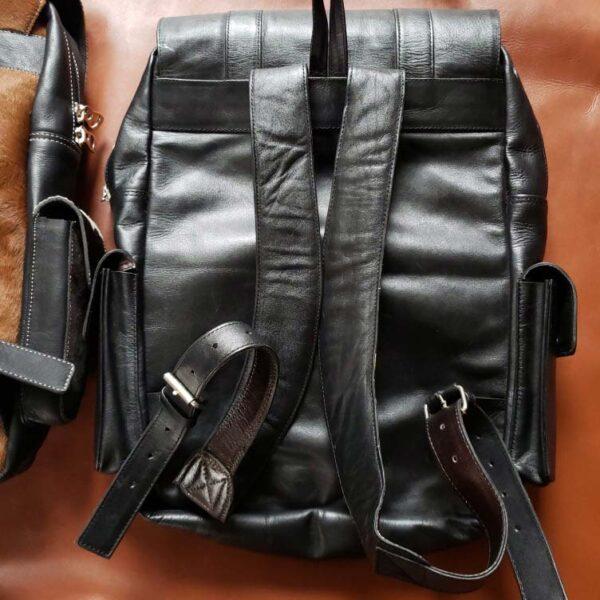 mochila de cuero 4 bolsillos negro espalda