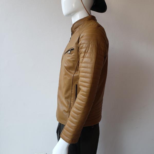 casaca-de-hombre-color-camello-espalda-lado